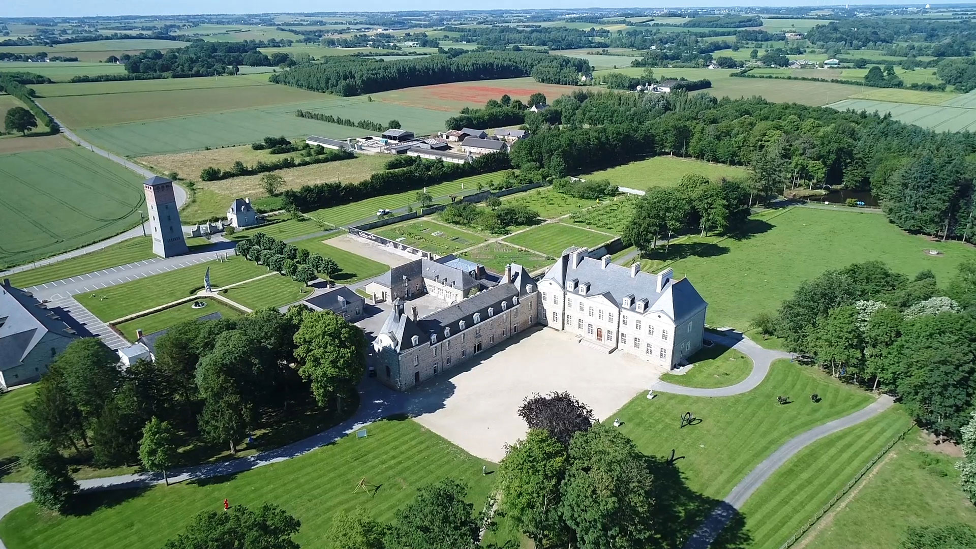 Vivez une expérience culinaire exceptionnelle suspendue dans les cîmes des arbres du Château des Pères en Bretagne